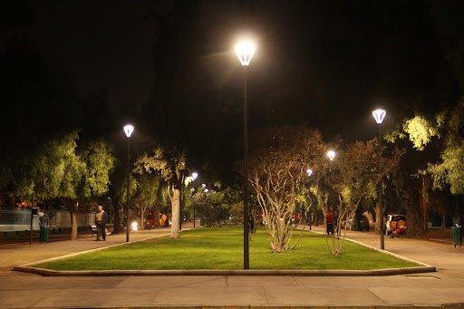 Las Condes cierra inédito acuerdo con Cerro Dominador para tener luminaria pública 100% renovable