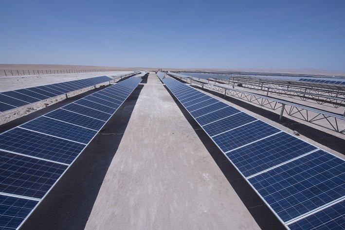 Mayor aporte solar y eólico reducirá al 25% la generación térmica al 2030 en Chile